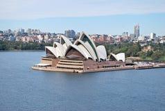 Panoramische Landschaftsansicht von Sydney Opera House und berichtigen in die Stadt nach Sonnenaufgang in Sydney Harbour Lizenzfreie Stockfotografie