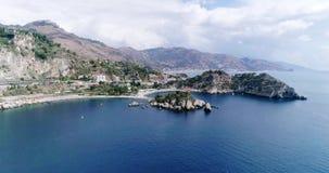 Panoramische luchtmening van van Cefalu de zeehaven en van Thyrreense Zee kust, Sicilië, Italië De Cefalustad is één van de majoo stock footage