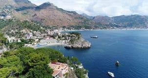Panoramische luchtmening van van Cefalu de zeehaven en van Thyrreense Zee kust, Sicilië, Italië De Cefalustad is één van de majoo stock video