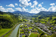 Panoramische luchtmening van de bergen en het dorp van Alpen in groene val Royalty-vrije Stock Afbeelding