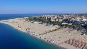 Panoramische luchtmening van de kustlijn en de stranden van Soverato in summe stock foto