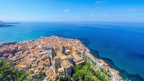 Panoramische luchtmening van de oude stad van Cefalu, Sicilië, Italië stock videobeelden