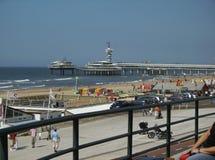 Panoramische luchtmening van het strand van Scheveningen tijdens een zonnige dag royalty-vrije stock foto