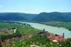 Panoramische luchtmening van mooie Wachau-Vallei met de historische stad van Durnstein en de beroemde rivier van Donau, het Lager Stock Foto