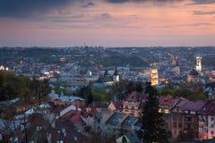Panoramische Luchtmening van oude stad bij zonsondergang Lviv, de Oekraïne stock afbeeldingen