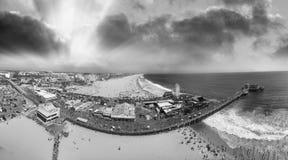 Panoramische luchtmening van Santa Monica Pier met toeristen bij schemer royalty-vrije stock fotografie