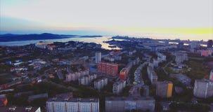 Panoramische luchtmening van Vladivostok-stad, Russische brug en Russisch eiland stock footage