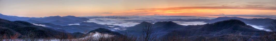 Panoramische mist in de vallei Stock Afbeelding