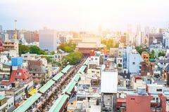 Panoramische moderne Stadtbildgebäude-Vogelaugenvogelperspektive von Sensoji-Schrein unter blauem hellem Himmel des Sonnenaufgang Stockfotos