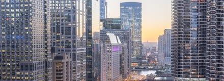 Panoramische moderne Ufergegendwolkenkratzer entlang Chicago River an s stockbilder