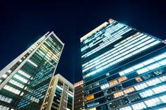 Panoramische moderne van het de vogeloog van de stadshorizon lucht de nachtmening onder dramatische gloed en mooie donkerblauwe h Royalty-vrije Stock Foto's