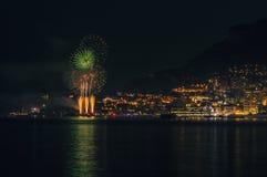 Panoramische mooie mening van vuurwerk op het Prinsdom van Monaco kort na zonsondergang stock fotografie