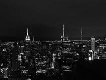 Panoramische nacht in zwart-witte de Stad van New York stock afbeeldingen