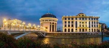 Panoramische Nachtansicht des Skopje-Stadtzentrums am Abend lizenzfreies stockbild