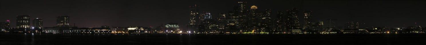Panoramische Nachtansicht von Boston vom Hafen Lizenzfreie Stockfotos