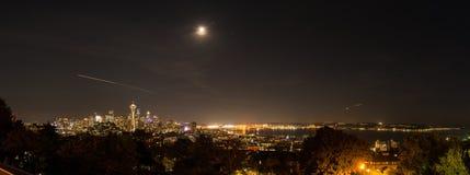 Panoramische nachtmening van Elliott Bay en elk van Seattle van de binnenstad stock foto