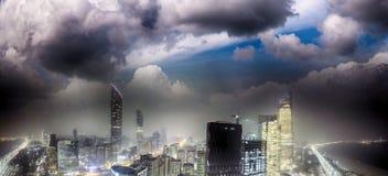 Panoramische Nachtskyline von Abu Dhabi von der Brummenperspektive, UAE Lizenzfreie Stockfotografie