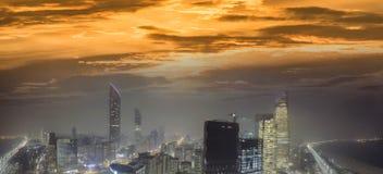 Panoramische Nachtskyline von Abu Dhabi von der Brummenperspektive, UAE Stockbild