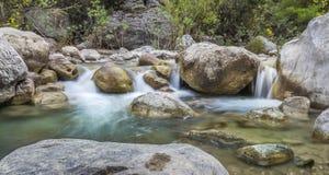 Panoramische niedrigere Ansicht des steinigen Wasserfalls Lizenzfreies Stockbild