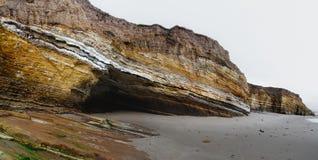 Panoramische oceaanmening en klippen op het strand, reuzekalksteenvorming op het strand stock fotografie
