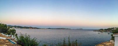 Panoramische oceaanoever bij schemer Stock Afbeelding