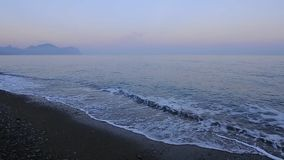 Panoramische overzees in de avond stock footage