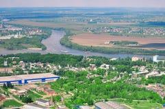 Panoramische Panoramasicht der Naturlandschaft: Fluss, Felder lizenzfreie stockfotos