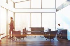 Panoramische penthousewoonkamer, zakenman Royalty-vrije Stock Fotografie
