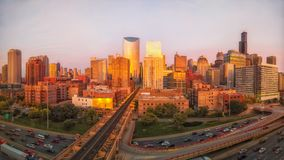 Panoramische Perspektive von Chicagos Westschleife während der goldenen Stunde mit Verkehr stockbild