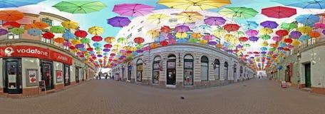 360 panoramische Rand met gekleurde paraplu's in Timisoara, ROM Stock Fotografie