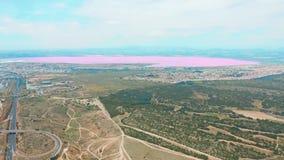 Panoramische satellietbeeldvideo van Las-Zoutmeren, het heldere roze meer van de kleuren beroemde plaats kustlijn van Torrevieja  stock video