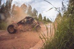 Panoramische scène van modderplons in het off-road rennen Stock Afbeeldingen