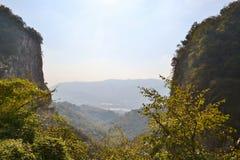 Panoramische schöne Ansicht zum Garlate See vom Erve-Tal in den italienischen Alpen nahe Lecco lizenzfreie stockfotos