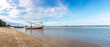 Panoramische Seeansicht, Seeansicht mit Fischerboot stockbild