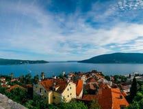 Panoramische Seeansicht von der alten Stadt in Herceg Novi Lizenzfreie Stockfotos