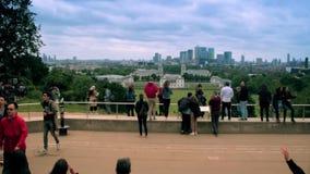 Panoramische Skylineansicht von Greenwich und nationales Seemuseum und Wolkenkratzer von Canary Wharf bei Sonnenuntergang - Londo stock video footage