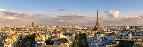 Panoramische Sommeransicht von Paris-Dachspitzen bei Sonnenuntergang mit dem Eiffelturm Stockbild