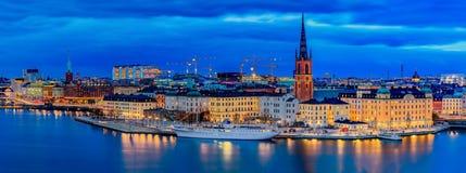 Panoramische Sonnenuntergangansicht auf alte Stadt Gamla Stan und Rid Stockholms lizenzfreie stockfotos