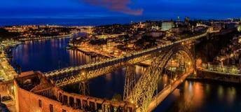 Panoramische Sonnenuntergangansicht von Stadtbild Porto Portugal mit Brücke Dom Luiss I und Duero-Fluss Stockbilder