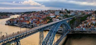 Panoramische Sonnenuntergangansicht von Stadtbild Porto Portugal mit Brücke Dom Luiss I und Duero-Fluss Lizenzfreies Stockfoto