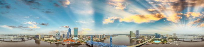 Panoramische Sonnenuntergangvogelperspektive von Jacksonville, Florida Lizenzfreie Stockbilder