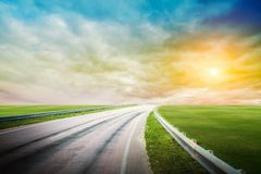 Panoramische Straßensonnenaufgang-Sommerreise stockfotos
