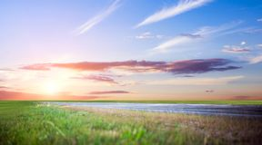 Panoramische Straßensonnenaufgang-Sommerreise lizenzfreies stockbild