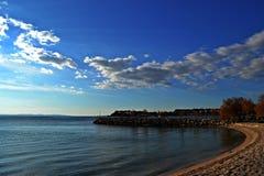 Panoramische Strandansicht über das Meer und den Himmel Lizenzfreie Stockfotos