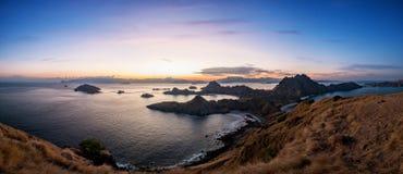 Panoramische szenische Ansicht von Padar-Insel während des Sonnenuntergangs Stockfotografie