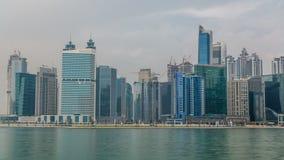 Panoramische timelapsemening van bedrijfsbaai en het gebied van de binnenstad van de bezinning van Doubai in een rivier stock footage
