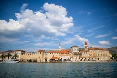 Panoramische townscape van trogirstad, Kroatië stock afbeelding