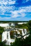 Panoramische und erhöhte Ansicht von den Iguaçu-Wasserfälle lizenzfreie stockfotografie