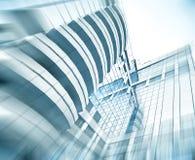 Panoramische und Perspektivenweitwinkelansicht zum hellblauen Stahlhintergrund von hoher Aufstiegsgebäude-Glaswolkenkratzer-komme lizenzfreie stockfotografie