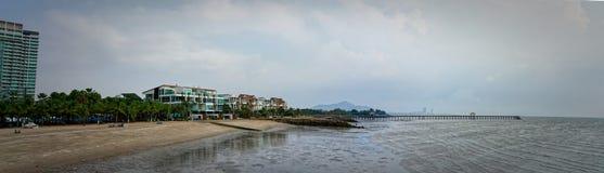 Panoramische vogelmening van toevlucht, zeekust en strand met brug o stock afbeeldingen